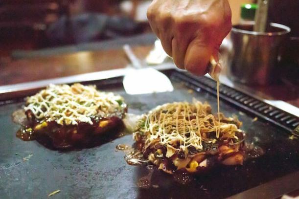 East Canteen http://eastcanteen.com/ Il est vrai qu'à lire les commentaires sur Trip Advisor, les avis sont mitigés sur East Canteen. Et pourtant nous, et comme beaucoup, on adore ! Le concept est vraiment sympa : une déco soignée et surtout une cuisine asiatique façon street food, sans chichi mais originale et délicieuse. Les portions sont parfois un peu petites, je le reconnais, mais c'est si goûteux et délicieux qu'on y retourne pas plus tard que ce soir ! Adresse : 2, Place des Orphelins