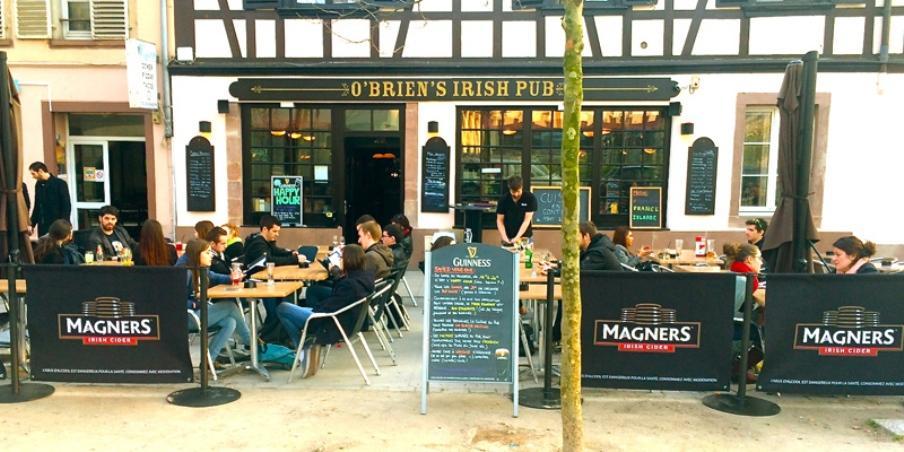 O' Brien http://www.obrien-strasbourg.fr/ Une adresse déjà incontournable. Le O'Brien's est un Irish Pub qui n'a rien à envier à ses concurrents strasbourgeois avec sa grande terrasse, ses burgers du mois toujours plus tentants, son service super sympa et surtout ses Quizz du lundi soir ! Idéal pour regarder des matchs, boire des bières et grignoter quelques tapas, vous nous y croiserez souvent ! Adresse : 6 Place Saint-Nicolas aux Ondes