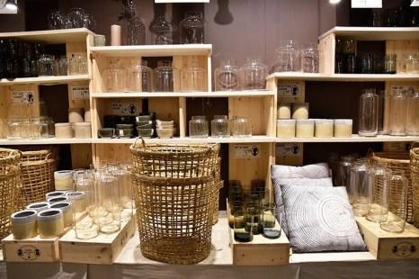 Sostrene Grene http://sostrenegrene.com/fr/catalogues/ Une boutique au coeur de la ville piétonne qui ne fait que parler d'elle. Déco scandinave à prix rikikis.