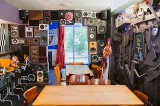 Wawa https://www.facebook.com/wawapeople Un bar récent et dont la cote de popularité ne cesse d'augmenter : le Wawa c'est le nouveau QG funky de la ville avec sa déco décalée, sa wawawheel (je n'en dis pas plus), son bierpong et ses petits plats pour les affamés. Musique, concerts, soirées à thème, l'ambiance le weekend y est souvent exceptionnelle. Et rien que la déco vaudra le détour d'une bière. Adresse : 4 Place Saint-Nicolas-aux-Ondes