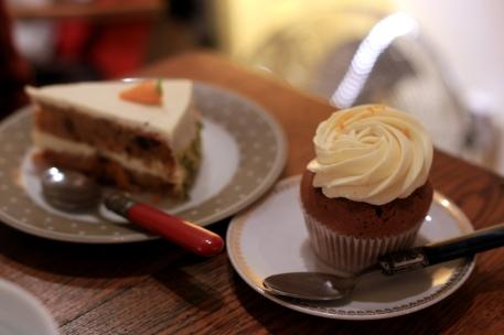 What the cake http://www.whatthecake.fr/ Voilà une adresse qui manquait à Strasbourg, un petit salon de thé et une pâtisserie maison proposant la crème des gourmandises anglo-saxonnes. Chez What the Cake on peut déguster un matcha soja latté frappé avec une part de cheesecake ou un joli petit cupcake dans une ambiance so seventies ! On adore ! Adresse : 51 Rue du Fossé des Tanneurs