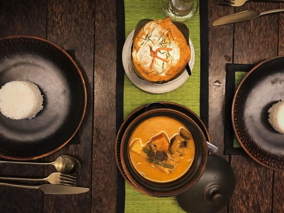 Amok de crevette en haut et curry rouge de poulet en bas