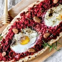 """Pizza façon Pide - Betterave, carottes, chèvre et œufs - Mode """"vide frigo"""" activé"""